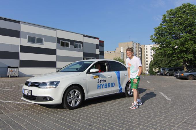 """15min.lt ekolenktynių startas: Paulius Sviklas su hibridine """"Volkswagen Jetta"""" prieš Saulių Rinkevičių"""