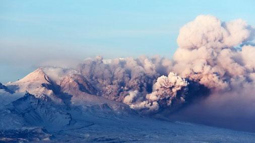 Вулкан на Камчатке выбросил пепел на 8 км и урожает авиации