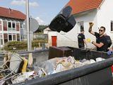 Išmetami per potvynį sugadinti daiktai