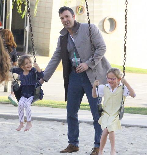 """All Over Press"" nuotr./Benas Affleckas su dukromis Seraphina ir Violet"