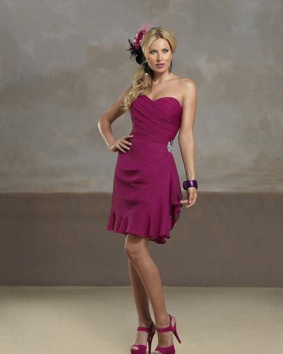 `ilkmedžio uogos spalvos pamergės suknelė ia aifono su airdies formą sukuriančia iakirpte. Foreverbridals.com parduotuvės nuotr.