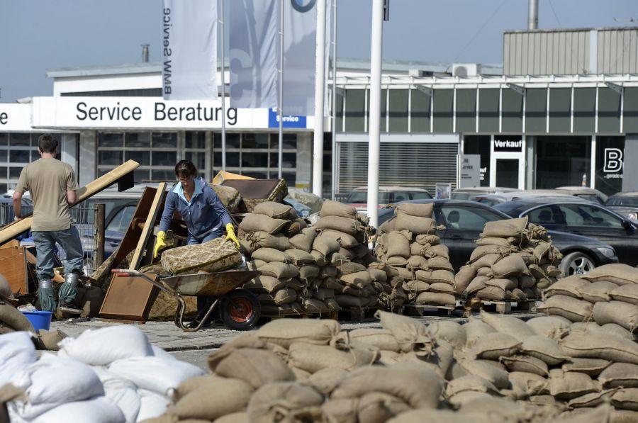 Vokietijoje pristigo smėlio maišų.
