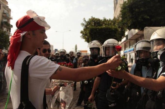 Dominyko Milaaiaus nuotr./Protestors giving policemen flowers