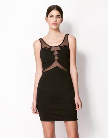 Juoda Bershka suknelė, atkartojanti naujausias vasaros tendencijas – peršviečiamus audinius, 89 Lt. Bershka.com nuotr.
