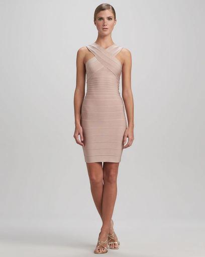 neimanmarcus.com. / Smėlio spalvos aptempta Herve Leger suknelė kryžiuotomis petnešomis.