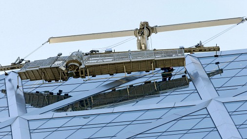 Два мойщика окон застряли на небоскребе в Нью-Йорке