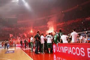 """""""Olympiakos"""" ir """"Panathinaikos"""" dvikova buvo nutraukta dėl sirgalių riaušių"""