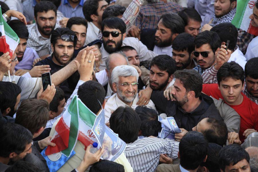 Iraniečiai, apsupę vieną iš kandidatų, Saeedą Jalilį.