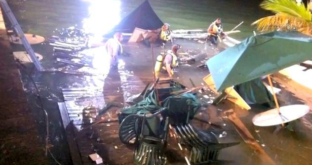 Sulūžus prieplaukai į vandenį įkrito iki šimto žmonių.