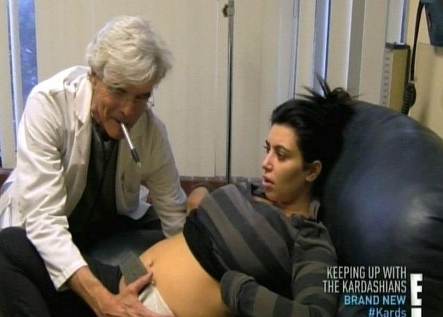 Laidos stop kadras/Kim Kardashian su gydytoju