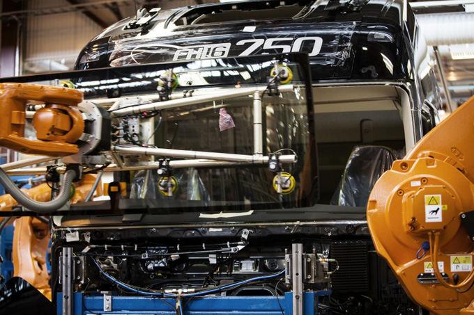 Volvo Trucks nuotr./Priekinis stiklas priklijuojamas prie kabinos, tai pagerina saugumą, nes stiklas dabar sutvirtina kabiną