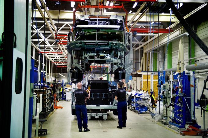 Volvo Trucks nuotr./Eksperimentinės gamyklos Umėjoje ir Tuvėje yra miniatiūrinės įprastų surinkimo linijų kopijos. Čia buvo sukurtas ir pirmasis naujas Volvo FH.