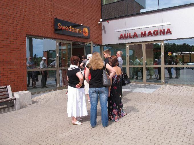 Aurelijos Kripaitės nuotr./Žmonės Klaipėdoje prie Swedbank skyriaus Studlende