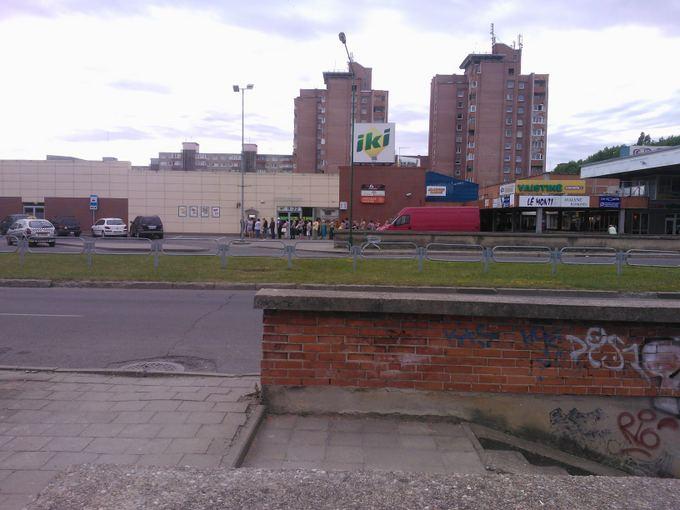 15min.lt skaitytojo Tomo M. nuotr./Žmonės laukiantys prie Swedbank banko Klaipėdoje, Vingio gatvėje
