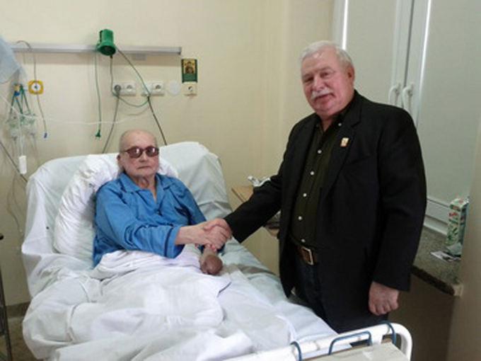 2011 metais L. Walęsa ligoninėje aplankė paskutinį komunistinės Lenkijos vadovą Wojciechą Jaruzelskį, kuris buvo didžiausias Solidarumo prieaas, bet vėliau inicijavo derybas, lėmusias Lenkijos iasivadavimą nuo komunizmo.