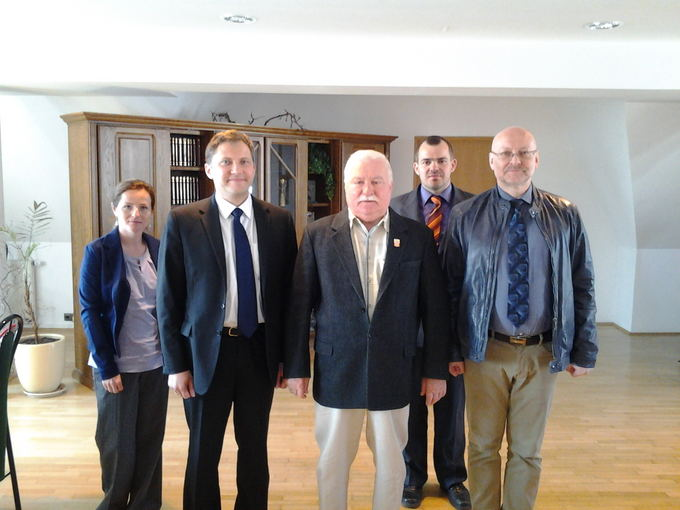 15min nuotr./Эту фотографию с авторами интервью В.Савукинасом (слева) и Р.Валаткой  Л.Валенса сразу разместил в своем блоге.