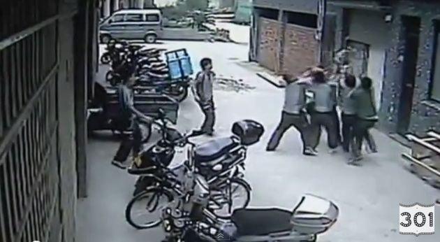 Vaizdo įraše matyti, kaip vyrai sugauna mergaitę.