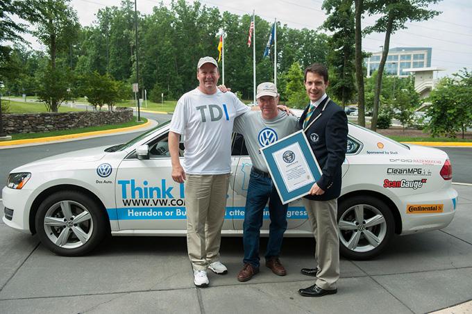 Ekipažui įteikiamas Guinnesso rekordų sertifikatas