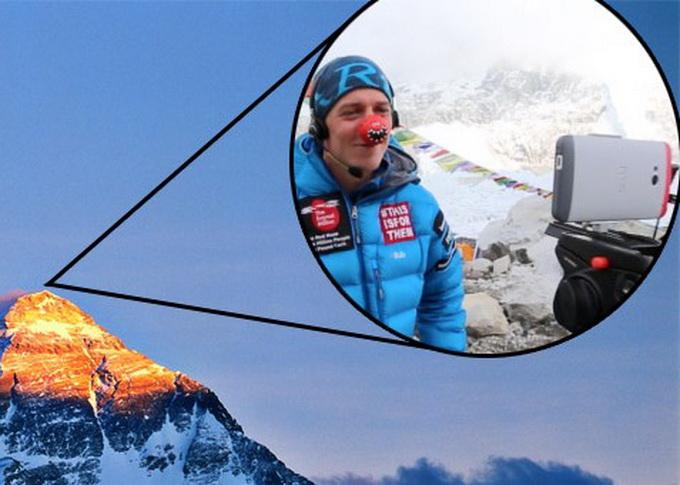 """Alpinistas Daniel'is Hughes'as iš Everesto viršukalnės """"Skype"""" skambutį atliko naudodamasis išmaniuoju telefonu"""