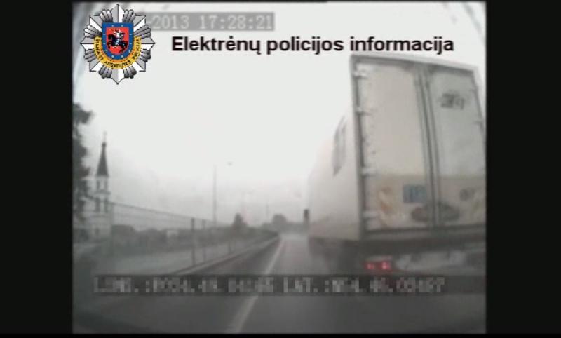 Teigiama, kad sunkvežimis manevrą pradėjo prieš pat policijos mašiną, juolab neparodė posūkio signalo.