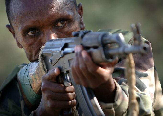 Wikimedia Commons nuotr./Kambodžijos karys su AK-47 automatiniu aautuvu