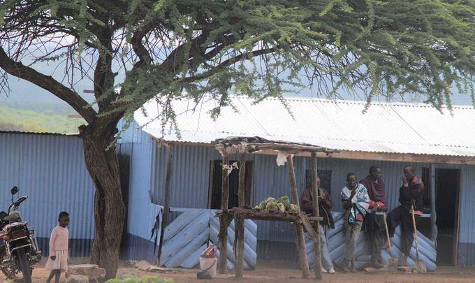 Evelinos ir Karolio nuotr./Gatvės vaizdas Kenijoje. Masai genties žmonės. Kas dantis krapato, kas aunis glosto, kas kopūstus pardavinėja.