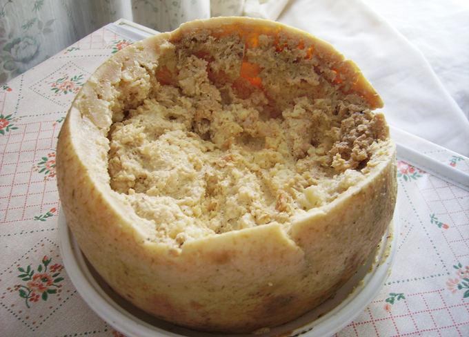 wikipedia.org nuotr. / Casu marzu  italiakas avių pieno sūris su vikarais.