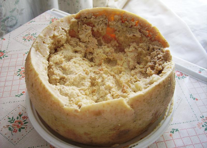 """""""Casu marzu"""" – itališkas avių pieno sūris su vikšrais."""
