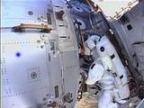 Kadras iš NASA TV/Astronautai C.Cassidy'is ir L.Parmitano išeina į atvirą kosmoso erdvę