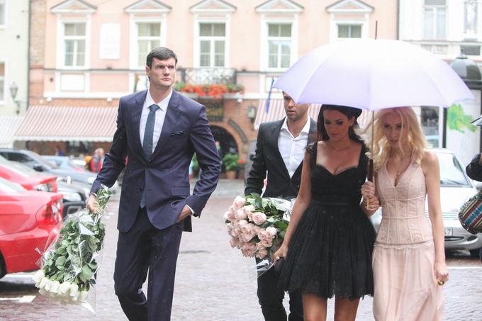 Mantas Kalnietis su žmona Mingaile ir Darjuaas Lavrinovičius su žmona Edita