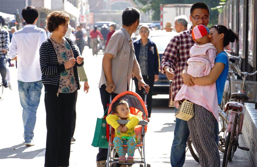 Į gatvę žemės drebėjimo metu išbėgę miesto gyventojai.