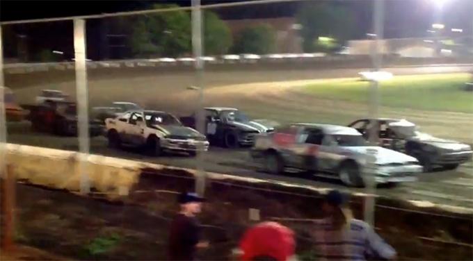 Automobilių lenktynės purvo trasoje