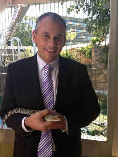 Facebook.com nuotr./Australijos `iaurės teritorijos vyriausiasis ministras Adamas Gilesas su princui Georgeui padovanotu krokodilu.