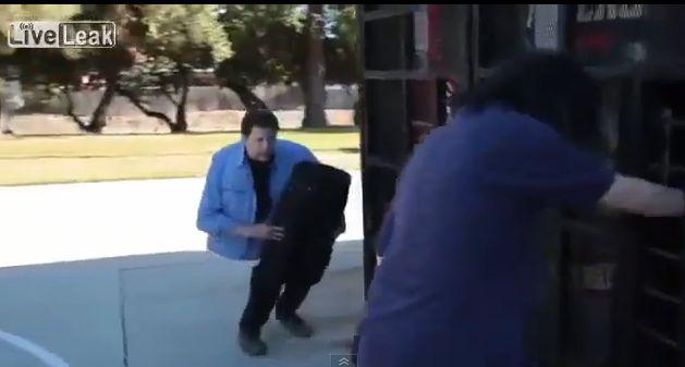 """Perpus """"pasidalijęs"""" magas Andy Grossas keliauja Los Andželo gatvėmis."""