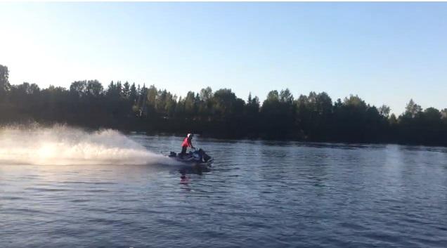 Sniego motociklas ant vandens