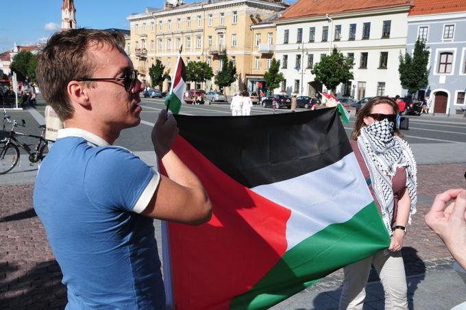 Prie Vilniaus rotuaės jauna pora iaskleidė Palestinos vėliavą.