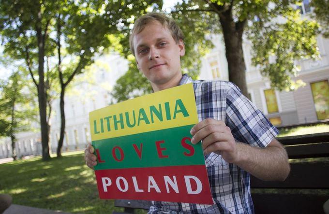 Akcijos dalyviai fotografavosi su plakatu Lietuva myli Lenkiją