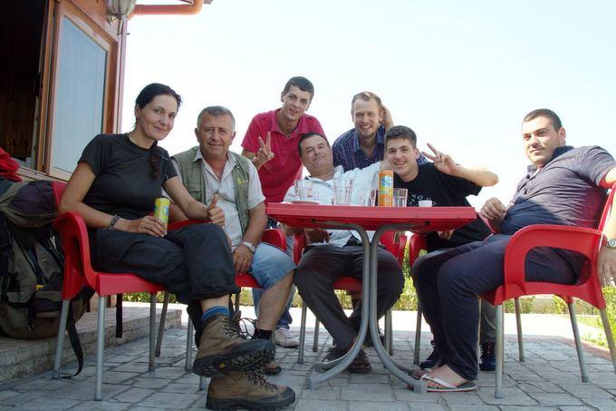 Evelinos ir Karolio nuotr./Rytas po nakties prie Albanijos kavinės