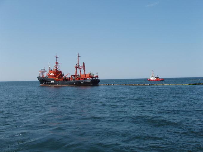 Karinių jūrų pajėgų archyvo nuotraukos/Karinių jūrų pajėgų laivas `akiai Baltijos jūroje treniravosi aalinti naftos dėmes