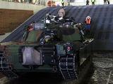 """Alicia R. Giron/JAV jūrų pėstininkų korpusas nuotr./""""Mistral"""" tipo laivai gali gabenti ir tankus. Šiuo atveju JAV kariuomenės tankas """"M1A1 Abrams"""" kraunamas į """"Tonnerre"""" (L9014)"""