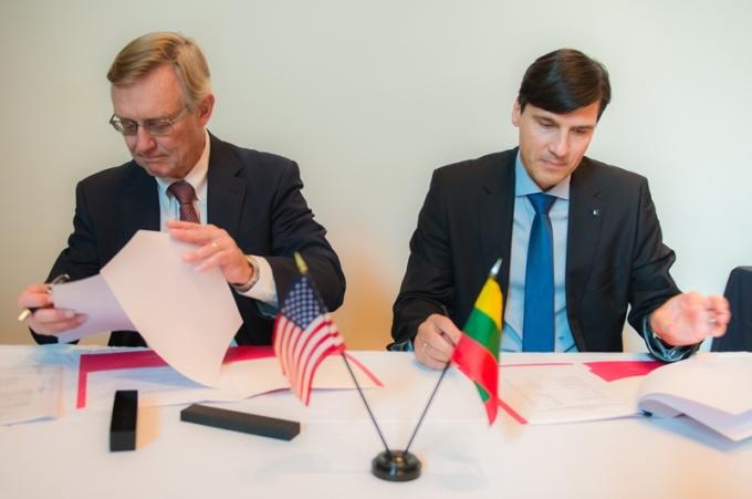ISM University president Nerijus Pačėsa and IIT president John L Anderson