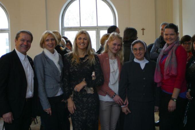 Asmeninio albumo nuotr./Ia kairės: Vytautas Ilevičius, Janina Kukauskienė, Eglė Jackaitė, Auara Sinkevičiūtė, Lina Striokaitė, Milita Žitkutė
