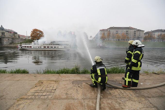 Juliaus Kalinsko/15min.lt nuotr./Ia plaukiančio laivo rūko dūmai, teko gelbėti žmones