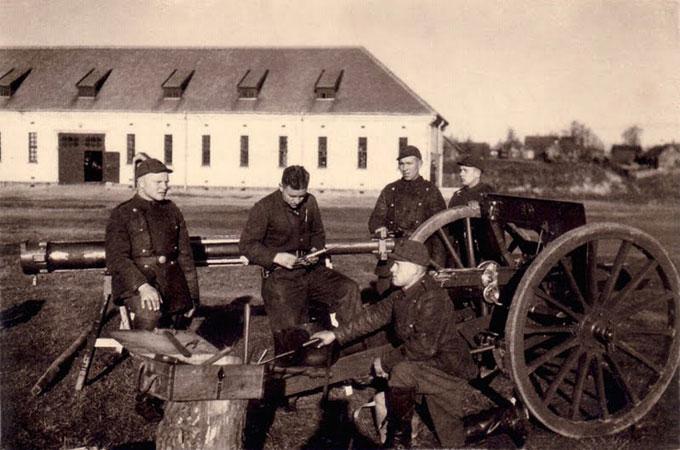 Nepriklausomybę iškovojus. I artilerijos pulko kariai prie kareivinių.