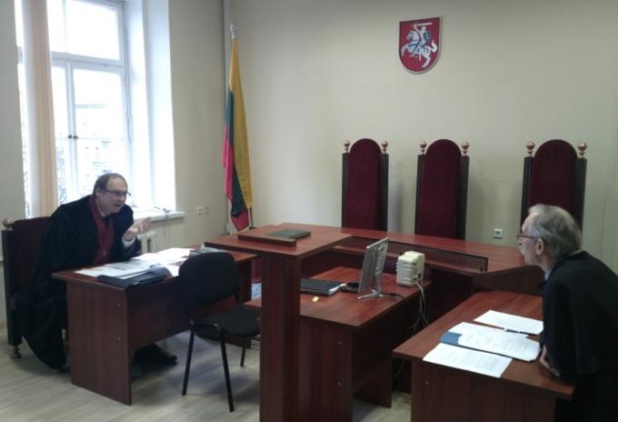 Prokuroras Artūras Urbelis (kairėje) ir advokatas Remigijus Merkevičius teisme