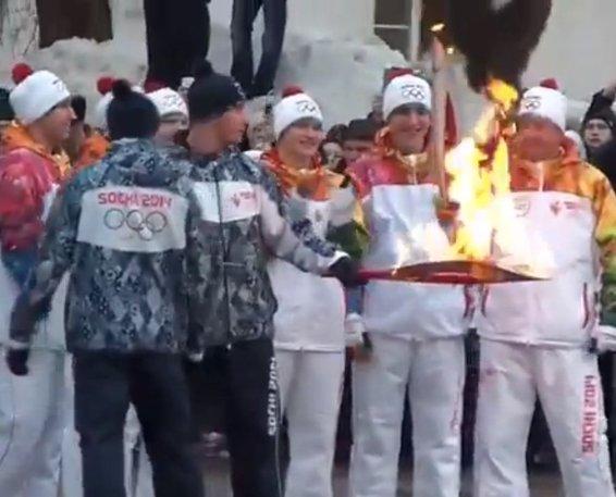 Atvira liepsna deganti olimpinė ugnis