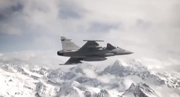 Švedijos KOP naikintuvas JAS-39 Gripen virš Šveicarijos Alpių