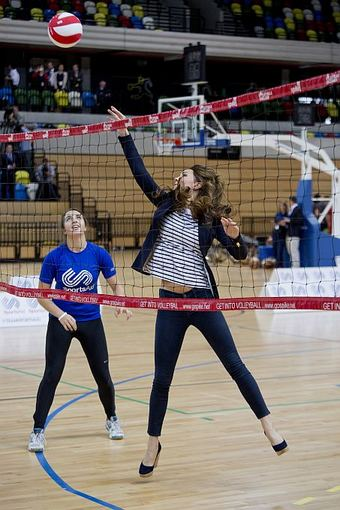Kembridžo hercogienė Catherine išbando savo jėgas žaisdama tinklinį Londono Olimpiniame parke praėjusį spalį.