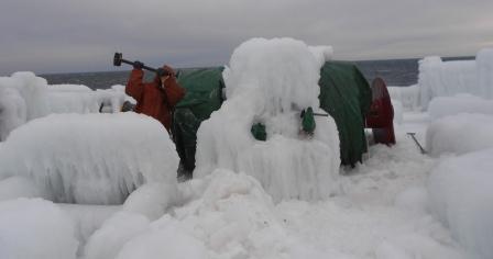 Klaipėdos uosto direkcijos nuotr./Laivo įgula telefonu užfiksavo akimirkas, kaip teko denyje skaldyti ledo gabalus.