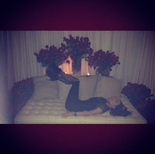 """""""Instagram"""" nuotr./Kim Kardashian su tūkstančių rožių nuo Kanye Westo"""